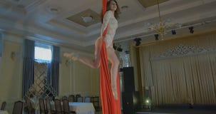 Vrouwendanser op rode luchtzijde, luchtcontorsie stock footage
