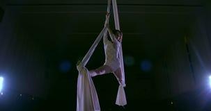 Vrouwendanser op witte luchtzijde, luchtcontorsie stock footage