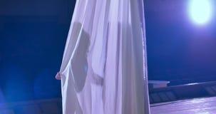 Vrouwendanser op witte luchtzijde, luchtcontorsie stock videobeelden