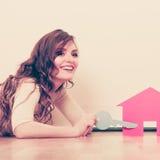 Vrouwendocument huis Het huisvesten onroerende goederenconcept Stock Foto's