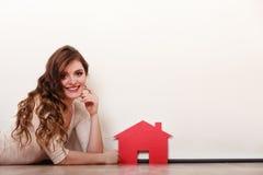 Vrouwendocument huis Het huisvesten onroerende goederenconcept Royalty-vrije Stock Afbeeldingen