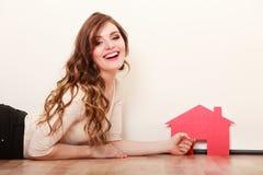 Vrouwendocument huis Het huisvesten onroerende goederenconcept Royalty-vrije Stock Fotografie
