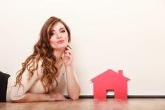 Vrouwendocument huis Het huisvesten onroerende goederenconcept Stock Fotografie