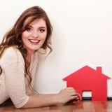 Vrouwendocument huis Het huisvesten onroerende goederenconcept Stock Foto