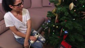 Vrouwendraai weg en de lichten van inschakelenkerstmis stock videobeelden