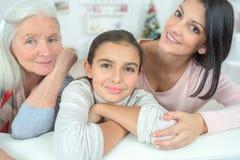 Vrouwenfamilie op bank Royalty-vrije Stock Foto's