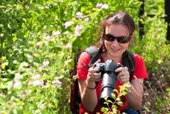 Vrouwenfotograaf in aard Royalty-vrije Stock Foto