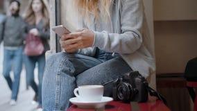 Vrouwenfotograaf blogger bij koffielijst stock video