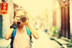 Vrouwenfotograaf die foto nemen openlucht Stock Foto's