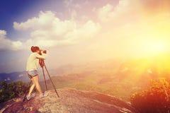Vrouwenfotograaf die foto's nemen bij bergpiek Royalty-vrije Stock Foto