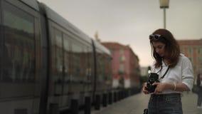 Vrouwenfotograaf die video van Nice, Frankrijk met uitstekende camera maken stock video