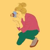 Vrouwenfotograaf het knielen kleurrijke retro stijlillustratie | het art. van beeldverhaalmensen Stock Afbeeldingen