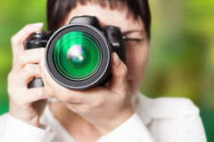 Vrouwenfotograaf met camera royalty-vrije stock afbeeldingen