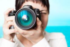 Vrouwenfotograaf met camera stock afbeeldingen