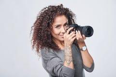 Vrouwenfotograaf met professionele fotocamera stock fotografie