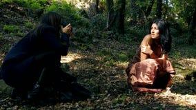 Vrouwenfotograaf met vrouwelijk model in bos stock video