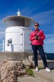 Vrouwenfotograaf op overzeese kust Stock Afbeeldingen