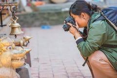 Vrouwenfotograaf Taking Pictures stock afbeeldingen