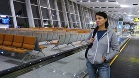 Vrouwengangen bij de luchthaventerminal van de nacht lege gang stock footage