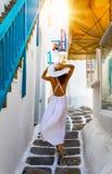 Vrouwengangen door de stegen van Mykonos-stad royalty-vrije stock afbeeldingen