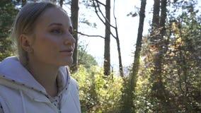 Vrouwengangen door het bos op een zonnige dag stock videobeelden