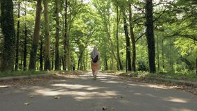 Vrouwengangen in het park, Tskaltubo, Georgië stock videobeelden