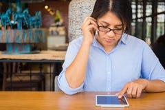 Vrouwengebruik Cellphone en Tablet stock fotografie