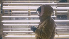 Vrouwengebruik van smartphone in de de wintertijd bij nacht stock footage