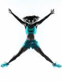 Vrouwengeschiktheid het springen het uitrekken zich oefeningensilhouet Royalty-vrije Stock Afbeeldingen