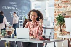 Vrouwengevoel op het werk wordt ontspannen dat Stock Afbeeldingen