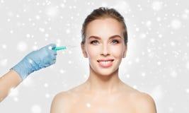 Vrouwengezicht en hand met spuit die injectie maken Royalty-vrije Stock Afbeelding