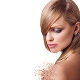 Vrouwengezicht met kruimelig poeder stock foto's