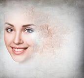 Vrouwengezicht van kruimelig poeder wordt gemaakt dat stock foto's