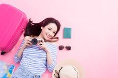 Vrouwenglimlach gelukkig op vloer stock foto's