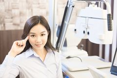 Vrouwenglimlach met optometrie royalty-vrije stock afbeelding