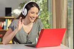 Vrouwengroet in een online videoconferentie royalty-vrije stock fotografie