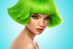Vrouwenhaar Het Portret van de Schoonheid van de manier Haarbesnoeiing Het mooie Donkerbruine Meisje met kapsel en maakt omhoog o Stock Afbeelding