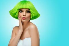 Vrouwenhaar Het Portret van de Schoonheid van de manier Haarbesnoeiing Het mooie Donkerbruine Meisje met kapsel en maakt omhoog o Stock Fotografie
