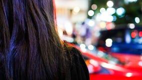 Vrouwenhaar met van het achtergrond verkeerslichtonduidelijke beeld concept Stock Afbeelding