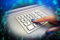 Vrouwenhakker die gevoelige gegevens van creditcard over ATM met abstracte achtergrond stelen royalty-vrije stock foto