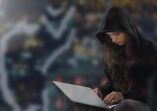 Vrouwenhakker met gekruiste benen die laptop met behulp van Stock Foto's