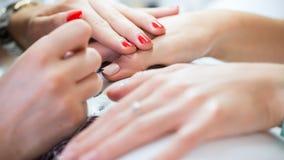 Vrouwenhand bij de manicurebehandeling in schoonheidssalon E Stock Fotografie