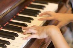 Vrouwenhand die antieke pianoschrijver uit de klassieke oudheid spelen Royalty-vrije Stock Foto's