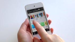 Vrouwenhand die app met de wijsvinger op slim apparaat zoeken stock video