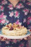 Vrouwenhand die Belgische wafels met fig. houden Stock Afbeeldingen