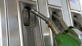 Vrouwenhand die brandstofpijpen gebruiken bij een oud benzinestation Benzinestation De post van de benzine stock videobeelden