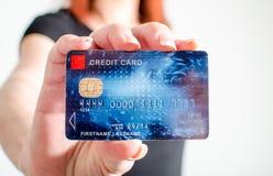 Vrouwenhand die creditcard tonen royalty-vrije stock foto