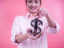 Vrouwenhand die een muntstuk zetten in financiële symboolbank Concept toekomst, zaken, die geld, economie en investering besparen stock afbeeldingen