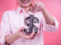 Vrouwenhand die een muntstuk zetten in financiële symboolbank Concept toekomst, zaken, die geld, economie en investering besparen royalty-vrije stock afbeelding