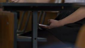Vrouwenhand die een slimme telefoon met behulp van in het kader van een houten lijst De vrouw gebruikt Internet op uw telefoon ti stock afbeeldingen